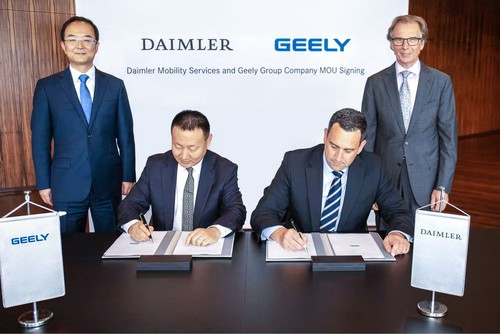 An Conghui, Präsident Geely Holding Group, und Liu Jinliang, Präsident der Geely Group Company sowie Klaus Entenmann, Vorstandsvorsitzender der Daimler Financial Services AG, und Jörg Lamparter, Head of Mobility Services bei Daimler Financial Services.
