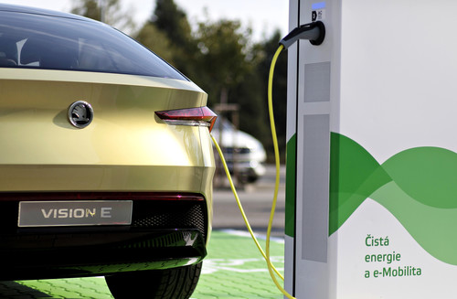 Skoda Vision E an Ladestation.