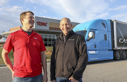 Daimler Trucks erwirbt einen Mehrheitsanteil von Torc Robotics: Michael Fleming, CEO von Torc Robotics (links), und Roger Nielsen, CEO von Daimler Trucks North America.