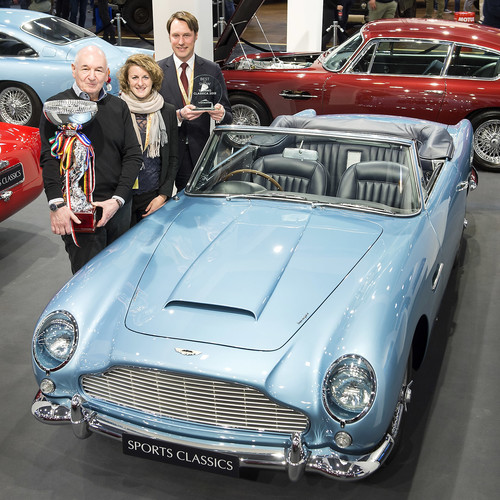 "Der Gewinner des Preises ""Best of Show"" bei der Techno Classica 2019 ist ein Aston Martin DB5 Convertible (1962). Im Bild (v. l. n. r.): Jonathan Kaiser, Sports Classics London; Anke Mottweiler; Thilo Martin, Director Pegasus Automotive Group."