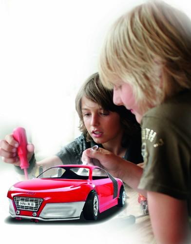 Beim Audi Aktionstag im Audi Forum Neckarsulm bauen Jugendliche ein Audi R8-Elektro-Modellauto.