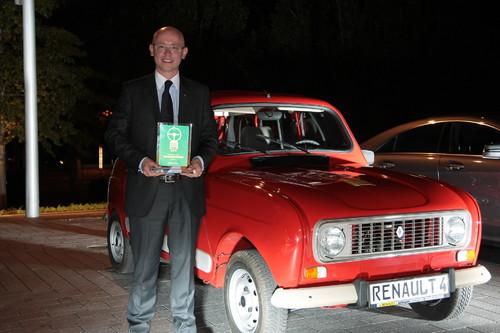 Der 50 Jahre alte R4 von Renault gewinnt das Goldene Klassik-Lenkrad 2011 in der Kategorie Kleinwagen und Kompakte. Den Preis nahm Patrick Fourniol, Vorstand Marketing der Renault Deutschland AG, entgegen.