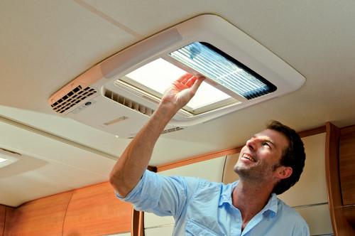 f rs reisemobil dachfenster und klimaanlage in einem. Black Bedroom Furniture Sets. Home Design Ideas