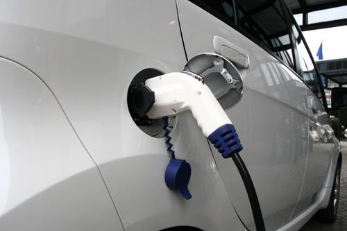 Aufladen eines Elektroautos.