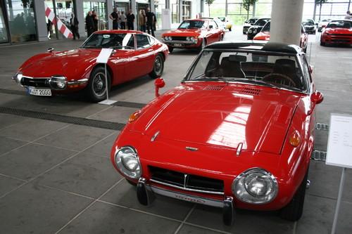 Toyota Sports 800 (rechts) und Toyota 2000 GT.