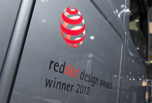 """red dot design award 2012"" für den Mercedes-Benz Actros."