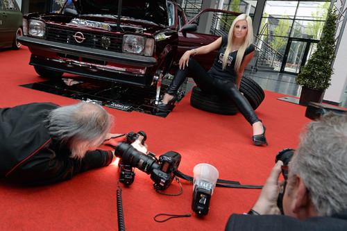 Miss Tuning-Kandidatin Kathie aus Mengen posiert am Opel Kadett C Coupe - Gewinner des European Tuning Showdown 2012.