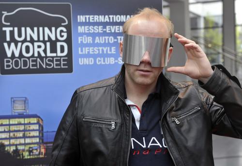 Mentalist Harry Riegel wagt zur Tuning World Bodensee 2013 eine blinde Autofahrt übers Messegelände.