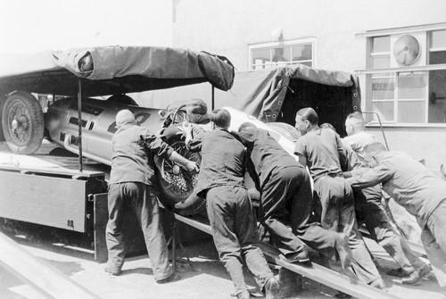 Großer Preis von Frankreich, Reims, 1938. Ein Mercedes-Benz-Rennwagen W 154 wird in den Renntransporter verladen.