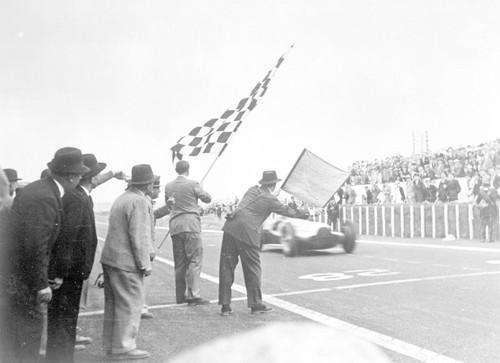 Großer Preis von Frankreich, 3. Juli 1938: Mercedes-Benz erzielte mit dem Rennwagen W 154 einen Dreifachsieg (Manfred von Brauchitsch – Rudolf Caracciola – Hermann Lang).
