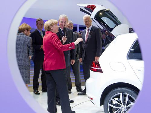 Dr. Martin Winterkorn, Volkswagen-Vorstandvorsitzender, präsentierte Bundeskanzlerin Angela Merkel auf der IAA den E-Golf.