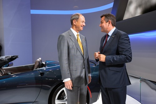 US-Botschafter John B. Emerson (links) und Steffen Raschig, Managing Director Chevrolet Central European Cluster, vor der neuen Corvette Stingray.