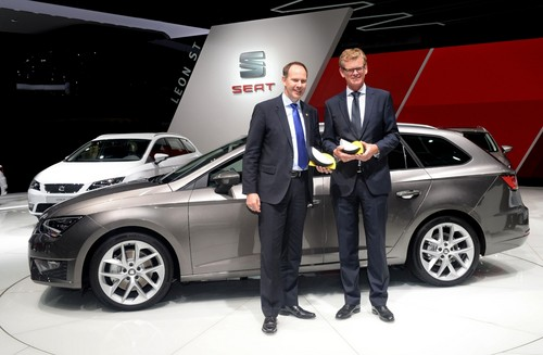 Seat Forschungs-Vorstand Dr. Matthias Rabe nimmt Euro NCAP Advanced-Auszeichnungen auf der IAA 2013 entgegen.