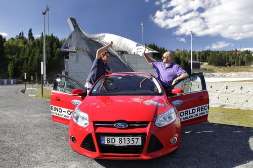Rekordfahrt: Knut Wilthil (links) und Henrik Borchgrevink bewältigten in einem Ford Focus mit 1,0-Liter-Ecoboost-Benzinmotor eine Strecke von insgesamt 1619 Kilometer mit nur einer einzigen Tankfüllung und kamen so auf einen Durchschnittsverbrauch von 3,3 Litern pro 100 Kilometer.