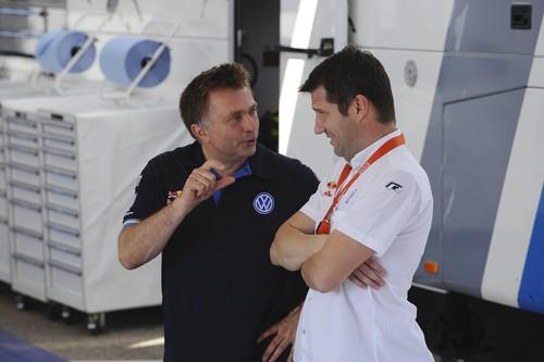 VW-Motorsportchef Jost Capito (links) im Gespräch mit ngenieur Francois Demaision.