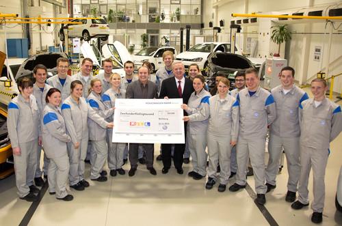 """Volkswagen spendet 250 000 Euro an die gemeinnützige Stiftung """"RTL – Wir helfen Kindern"""": Auszubildende im VW-Werk Wolfsburg mit RTL-Moderator Wolfram Kons und VW-Vorstandsvorsitzendem Prof. Dr. Martin Winterkorn (Bildmitte rechts)."""