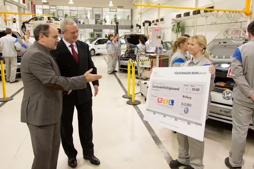"""Volkswagen spendet 250 000 Euro an die gemeinnützige Stiftung """"RTL – Wir helfen Kindern"""" (von links): RTL-Moderator Wolfram Kons, VW-Vorstandsvorsitzender Prof. Dr. Martin Winterkorn und Vera Ferber, Auszubildende zur Kfz-Mechatronikerin in Wolfsburg."""