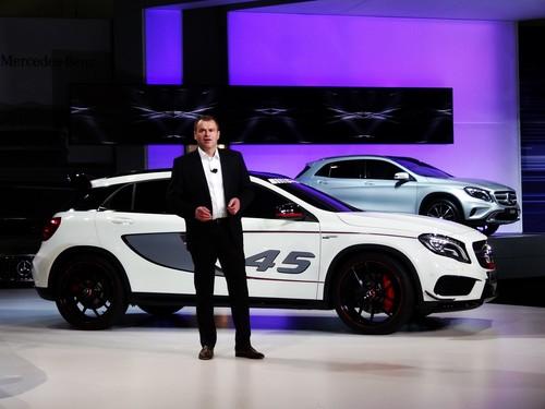 Tobias Moers, der neue Chef von AMG, mit seiner ersten Messeneuheit, dem Mercedes-Benz GLA 45 AMG. Das Serienfahrzeug soll 2014 an den Start gehen und dieser Studie sehr ähnlich ausfallen.