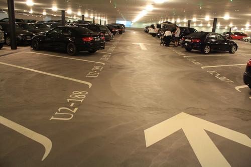 ADAC-Parkhaustest 2013:  Mit komfortablem Schrägparken auf hellen und übersichtlichen Ebenen punktete die Tiefgarage Opéra in der Züricher Schillerstraße als europäischer Testsieger.