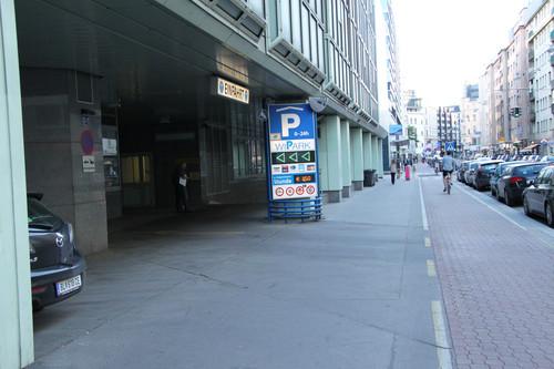 ADAC-Parkhaustest 2013: Europäischer Testverlierer ist die Tiefgarage der Technischen Universität Wien. Nach der Einfahrt in die Tiefgarage geht es steil die Rampe hinab.