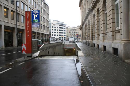 ADAC-Parkhaustest 2013: Der deutsche Testsieger, die Tiefgarage Goetheplatz in Frankfurt am Main, hat eine einladend breite Einfahrt.