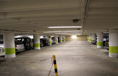 """ADAC-Parkhaustest 2013: Der deutsche Testverlierer """"Car Park Cristal"""" in München. Die Fahrbahnbeschichtung ist schadhaft und die Markierung kaum vorhanden. Der schlechte Gesamtzustand führte zu einem """"sehr mangelhaft""""."""