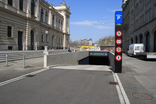 ADAC-Parkhaustest 2013: Ein Pendelbalken zur Höhenkontrolle in der Einfahrt fehlte leider auch beim europäischen Testsieger Tiefgarage Opéra in Zürich.