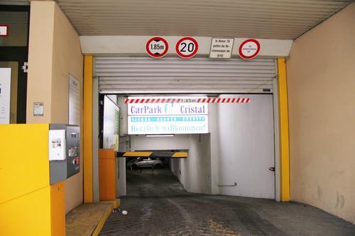 """ADAC-Parkhaustest 2013: Die Einfahrtshöhe im deutschen Testverlierer """"Car Park Cristal"""" in München beträgt lediglich 1,85 Meter und die Abfahrtsrampe ist zu steil."""