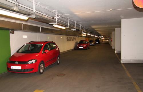 """ADAC-Parkhaustest 2013: Die Wiener Tiefgarage Technische Universität kassierte ein """"sehr mangelhaft"""" für  unübersichtliche Parkebenen, kleine, sehr schlecht beleuchtete und nicht nummerierte Stellplätze sowie breite Wände."""