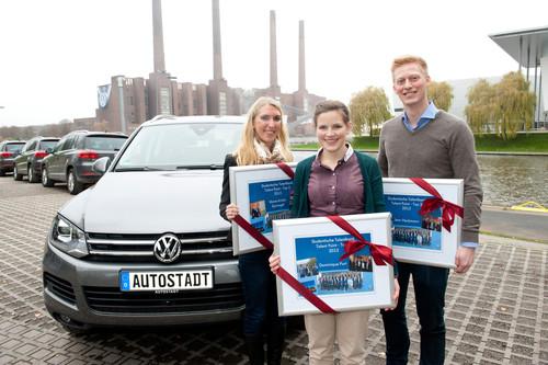 Volkswagen zeichnet drei Teilnehmer eines studienbegleitenden Entwicklungsprogramms für besonderes Engagement aus: (v.li.): Marie-Kristin Sponagel (24), angehende Betriebswirtin der Universität Bayreuth, Dominique Port (24), angehende Wirtschaftsingenieurin der TU Braunschweig, und Jens Heckmann (25), angehender Wirtschaftsingenieur der RWTH Aachen.