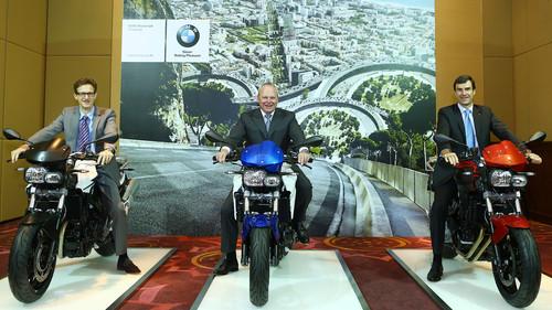 Startschuss für die BMW-Motorradproduktion in Thailand (von links): Vertriebs- und Marketingleiter Heiner Faust, Stephan Schaller, Leiter BMW Motorra, und Matthias Pfalz, Leiter BMW Group Thailand.