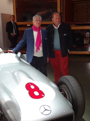 Hans Hermann (rechts) und Jochen Mass am Mercedes-Benz W196 R von 1955.