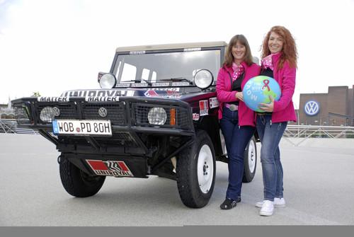 """Sandra Wukovich (links) und Steffi Edelhoff starten mit einem Volkswagen Iltis bei der 2013er """"Le Jog""""."""