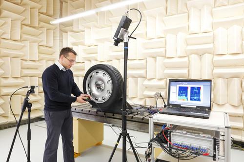 Untersuchung von Luftschall und Vibrationsverhalten eines Pkw-Radlagers im reflexionsarmen Raum bei Schaeffler.