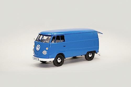 """""""Modellfahrzeug des Jahres 2013"""": VW T1 Kastenwagen von Revell (1:24)."""