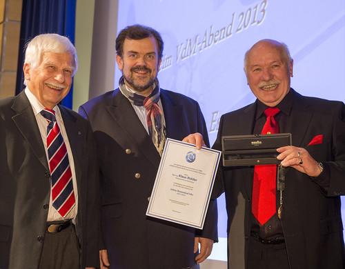 Verleihung der Johny-Rozendaal-Uhr, der VdM-Vorsitzende Jörn Turner, Vorjahres-Preisträger Peter Steinfurth und Klaus Ridder (v.ln.r.).