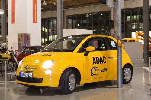 Dr. Markl, Erster Vizepräsident des ADAC, fährt den E-Karabag ins Verkehrszentrum des Deutschen Museums.