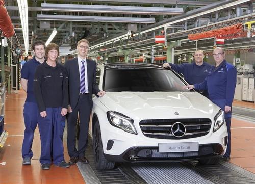 Produktionsstart bei Mercedes‐Benz in Rastatt: Werkleiter Stefan Abraham und Montage‐Mitarbeiter mit dem neuen GLA.