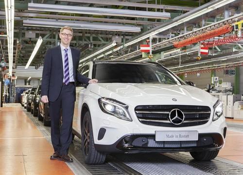 Produktionsstart bei Mercedes‐Benz in Rastatt: Werkleiter Stefan Abraham mit dem neuen GLA.