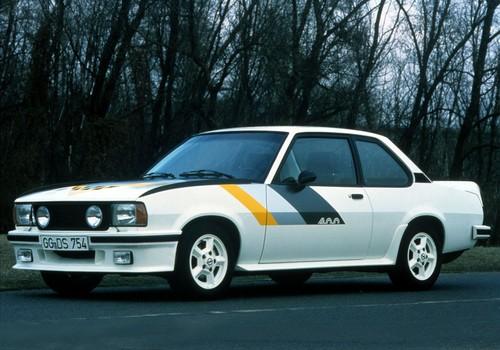 Um mit dem Opel Ascona 400 in der Gruppe 4, der damals höchsten Rallye-Klasse, teilnehmen zu können, musste Opel eine Straßenversion des Autos produzieren. Während das Rallye-Auto über einen neu entwickelten 177 kW / 240 PS starken Vierventiler verfügte, hatte das Homologationsmodell lediglich eine 103 kW / 140 PS starke Version des 2,4-Liter-Aggregats unter der Haube.