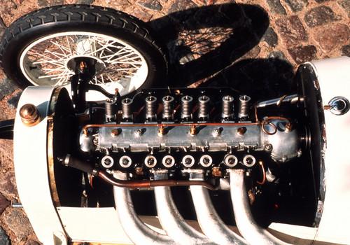 Die Geschichte der Vier-Ventil-Motoren begann bei Opel, als 1913 eine neue Generation von Rennwagen für den Großen Preis von Frankreich entwickelte, einem Vorläufer heutiger Formel-1-Rennen.