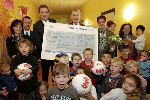 Mitarbeiter der Konzernbeschaffung von Volkswagen spenden Erlös aus internationalem Fußballturnier an drei Kinderhilfsorganisationen.