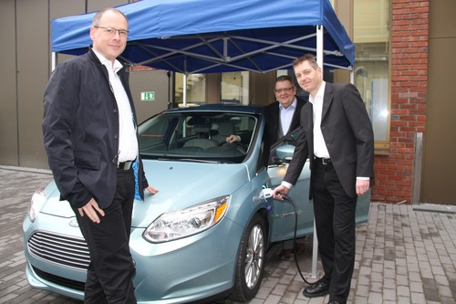 Ford Focus Electric für die HTW Saar (v.l.): Mchael Steuer (vorne links), Qualitätsleiter im Ford-Werk in Saarlouis, übergab das rein batterie-elektrisch betriebene Fahrzeug an Prof. Dr. Wolfram Seibert und Prof. Dr. Hans-Werner Groh.