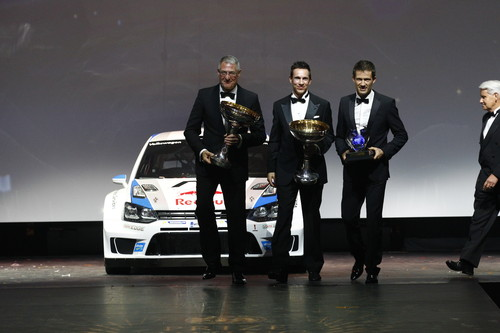 Ehrung für die Weltmeister (v.l.): Volkswagen-Vorstand Heinz-Jakob Neußer sowie Julien Ingrassia und Sébastien Ogier