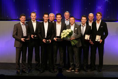 Ehrung der WRC-Meister: Das Team und die Vorstände Ulrich Hackenberg und Heinz-Jakob Neußer (rechts).