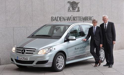 Prof. Dr. Herbert Kohler, Leiter Konzernforschung & Nachhaltigkeit, Umweltbevollmächtigter der Daimler AG (links), und der baden-württembergische Ministerpräsident Winfried Kretschmann.