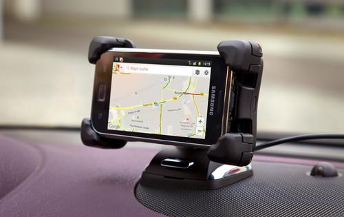 Flexdock mit Smartphone im Opel Adam.