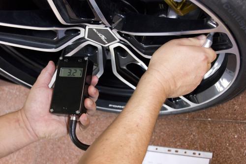 Rekordfahrten in Nardo: Der richtige Reifenfülldruck muss ständig kontrolliert und eingestellt werden und ein wichtiger Erfolgsfaktor, denn die dynamische Wärmeentwicklung bei über 300 Km/h muss für jedes Fahrzeug vorher exakt berechnet und von den Continental-Reifen-Experten freigegeben werden.