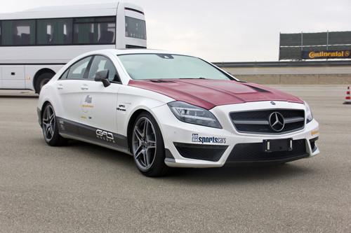 GAD lieh sich für die zweite Rekordfahrt in Nardo die rote Motorhaube vom Mercedes-Benz CLS 63 AMG der Kollegen von GSC aus.