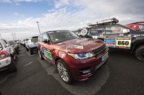 """Land Rover unterstützt das """"Red Bull Desert Wings""""-Team bei der Rallye Dakar 2014."""